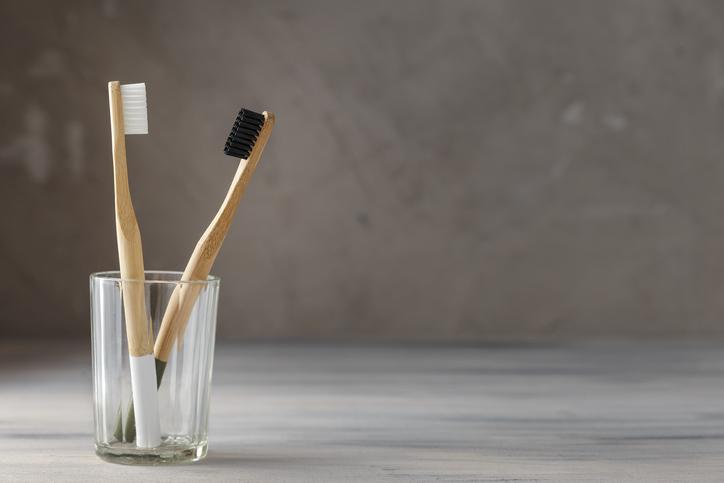 ¿Por qué se debe reemplazar el cepillo de dientes cada cierto tiempo?