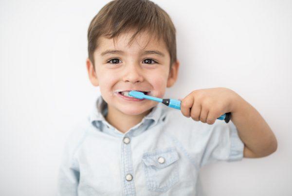 cepillado de los dientes durante la infancia